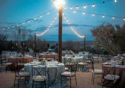 Montaje de mesas nocturno en finca de bodas campo y olivo