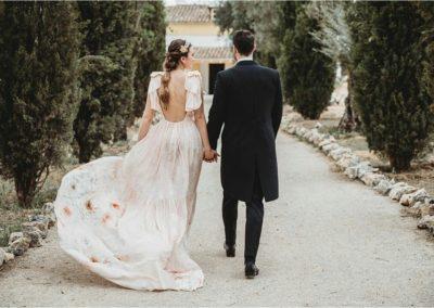 Pareja de novio ce lebrando su boda al aire libre