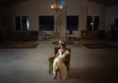 Novia sentada en el interior del salón de bodas