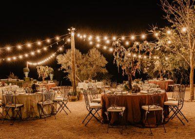 Montaje de mesas para boda al aire libre hacienda campo y olivo