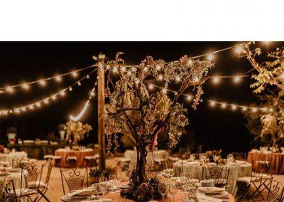 Montaje de mesas en finca de bodas hacienda campo y olivo
